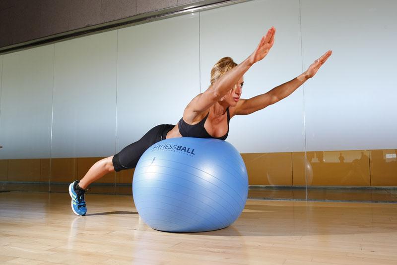 4 ejercicios y un fitnessball para una cintura en forma