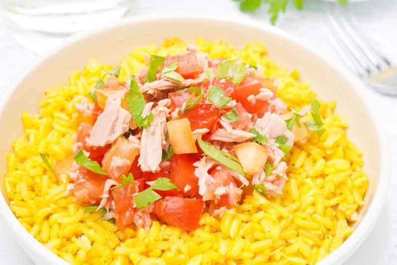 Receta de arroz con azafrán, atún y tomate