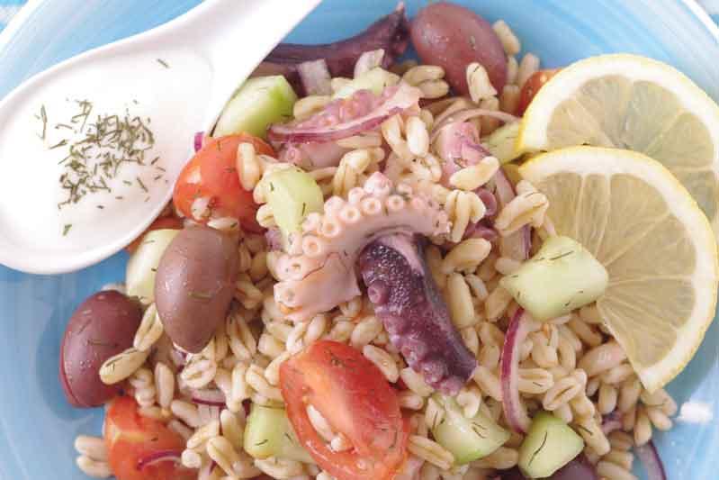 Ensalada de grano antiguo con pulpo al estilo griego