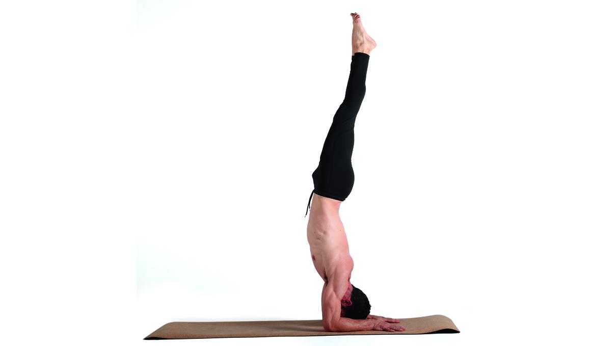 Consigue la postura de yoga del pavo real paso a paso