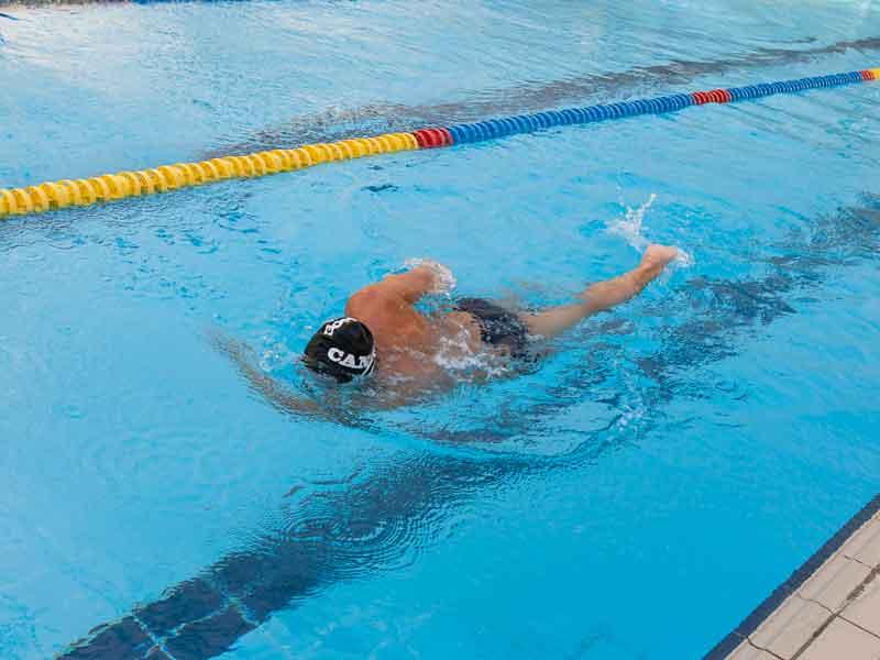 Error 2: cruzar los brazos debajo del agua