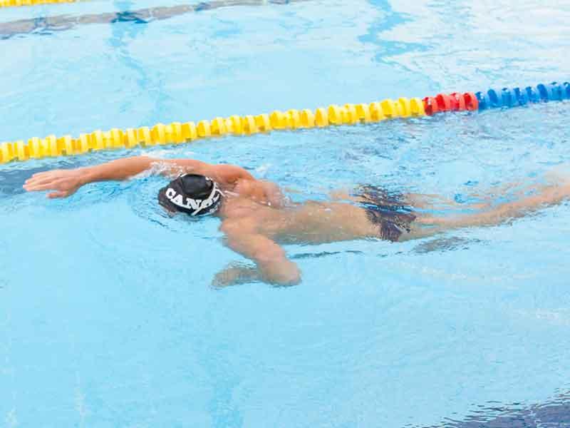 Error 4: nadar con los codos bajos