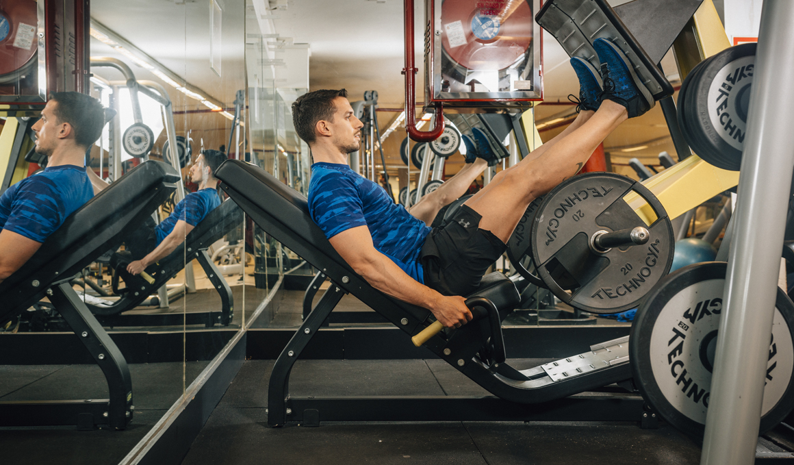 Ejercicios con máquinas de gimnasio y discos y barras
