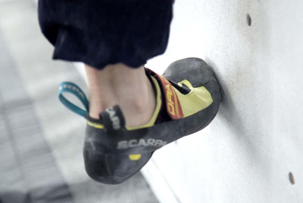 Técnica de pisada para escalada en rocódromo