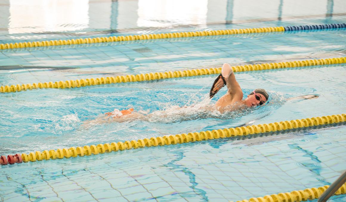 5 ejercicios para entrenar fuerza en la piscina
