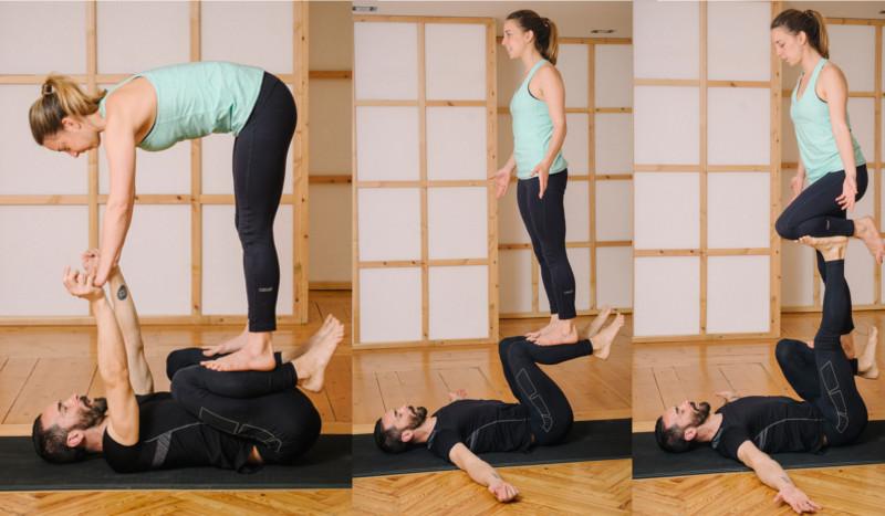 El base debe mantener las piernas en un ángulo recto llevando las caderas  en línea con los tobillos. El cuidador debe llevar una mano a las caderas  del ... ffa1e0006736