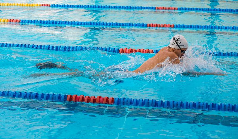Nadar a braza adelgazar con
