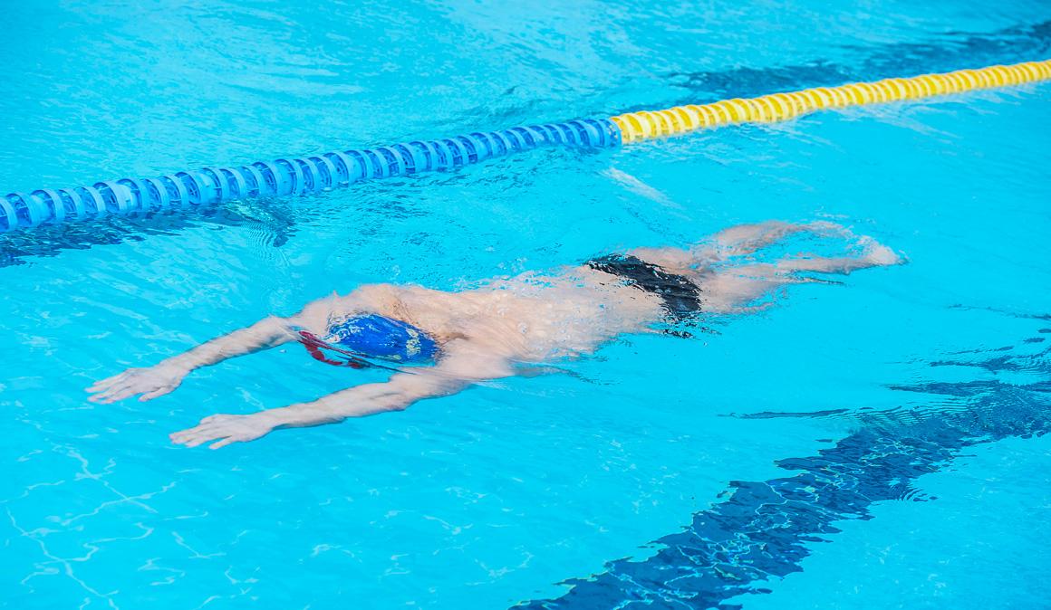 nadar a braza adelgazar la