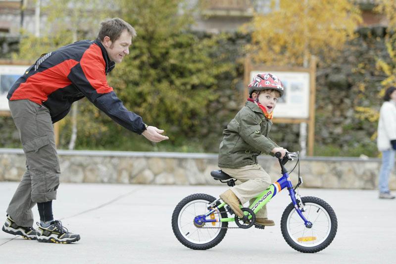 Por Qué Es Bueno Enseñar A Los Niños A Montar En: Enseñar A Montar En Bici A Un Niño