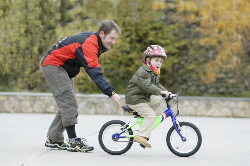 Niña Feliz Andar En Bicicleta: ¡A La Bici! Claves Para Iniciar A Los Niños En Bicicleta