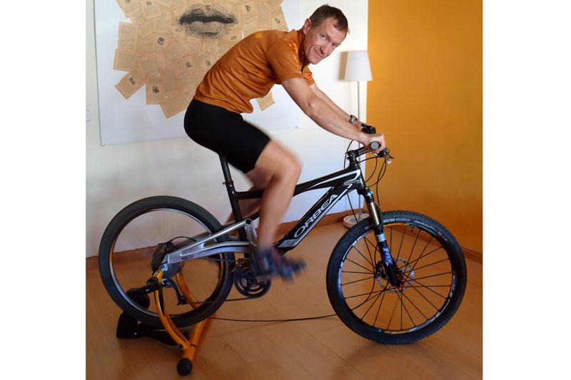 Consejos para entrenar en rodillo ciclismo - Plan de entrenamiento en casa ...